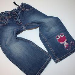 Kalhoty džínové s nášivkou žabky na nohavici