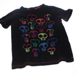 Černé triko s barevnými lebkami
